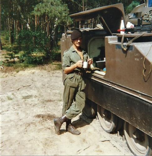 1980 03 tm 12 B esk 3e pel. 103 Verkbat Oefening. Rustpauze voor Huz. Derks Inz. knt Kees C.M. Blom
