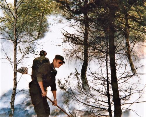 1980 03 tm 12 B esk 3e pel. 103 Verkbat Schietserie Brandje door lichtspoormunitie. Chauffeurs als brandbestrijders. Inz. knt Kees C.M. Blom