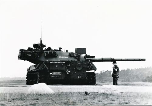 1980 03 tm 12 B esk 3e pel. 103 Verkbat Schietserie. PC 1 Tlnt Harm Beute in gedachten verzonken. Inz. knt Kees C.M. Blom 103