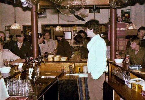 1980 04 25 A Esk 103 Verkbat Barpersoneel Engelse bar A Esk 2