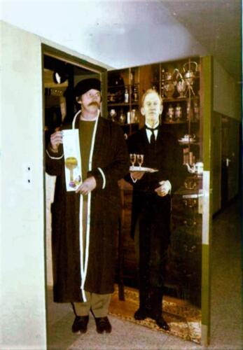 1980 04 26 A Esk 103 Verkbat Owi Hans Kuijpers werd op zijn verjaardag verrast met een ochtendjas. 1