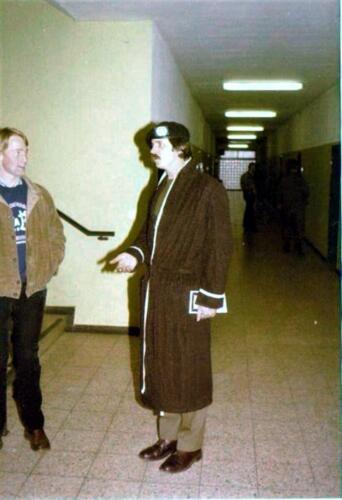 1980 04 26 A Esk 103 Verkbat Owi Hans Kuijpers werd op zijn verjaardag verrast met een ochtendjas. 2