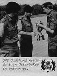 1980 - 1981 103 Verkbat; Owi Ouwehand neemt de Generaal Gitz beker in ontvangst van de BC Lkol G Eleveld