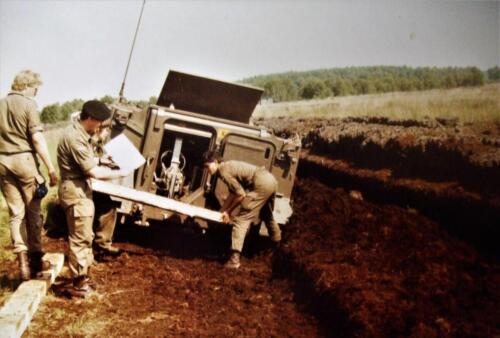 1980 1986 Berging m.b.v. 42 BLJ van een M113 B Esk uit de turf. Inz Jan Cremers 2