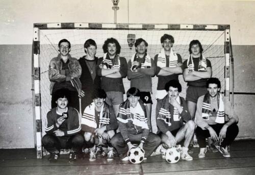 1980 A Esk 103 Verkbat 4 Zaalvoetbal kampioen van Seedorf. Foto Kpl Wmr John Emmen