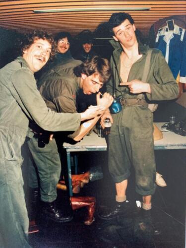 1980 A Esk 103 Verkbat 8 Ouderweekend Modeshow maar het onderhoud ging gewoon door. John Emmen