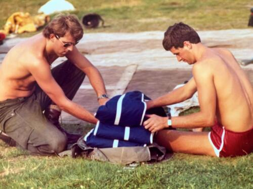 1980 A Esk 103 Verkbat Parachutespringen bij Opper Jan de Graaf. Trots op je behaalde wing. John Emmen