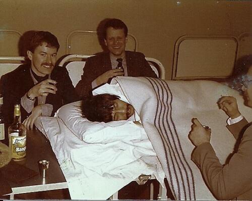 1980 A Esk 103 Verkbat Wmr Ben Polak met Elnt Jan Beekman en knt Osse aan zijn ziekbed