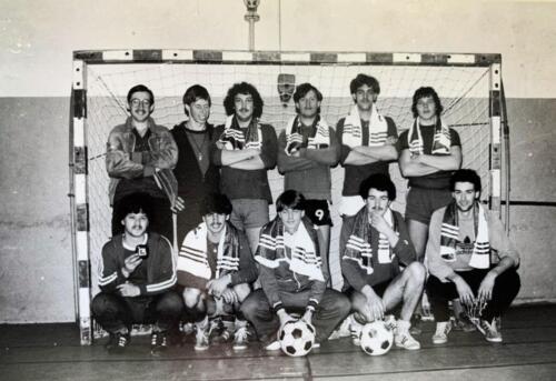 1980 A Esk 103 Verkbat Zaalvoetbal kampioen van Seedorf. Foto Kpl Wmr John Emmen