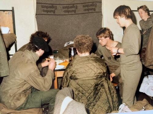 1980 A esk 103 Verkbat 10 Schietserie Aan het ontbijt in de barak Horsten. Koud deken voor het raam John Emmen