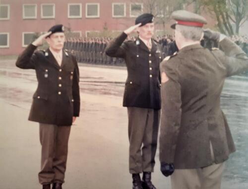 1983-04-30 103 Verkbat; Aooi APZ John de geus en de C-BOG Owi jan de Graaf werden Koninklijk onderscheiden. (3)
