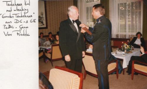 1983-10 103 Verkbat Trakehnerbal; Uitr Lkol Abbas gouden Trakhener aan gen v Rodde. Fotoboek van de Maj S3 R Meeder (2)