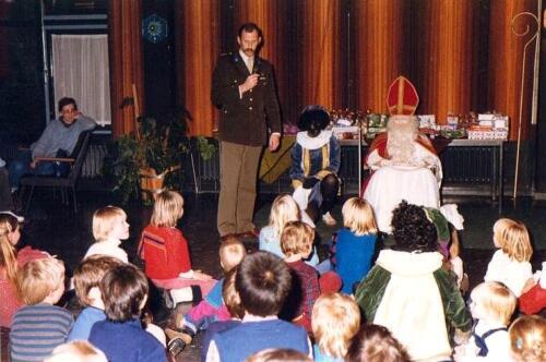 1983 12 05 103 Verkbat Sinterklaasviering met o.a Lkol Reitsma
