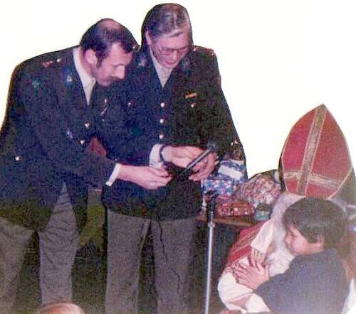 1983 12 05 103 Verkbat Sinterklaasviering met o.a Lkol Reitsma en Bi Aooi Obdeijn 4