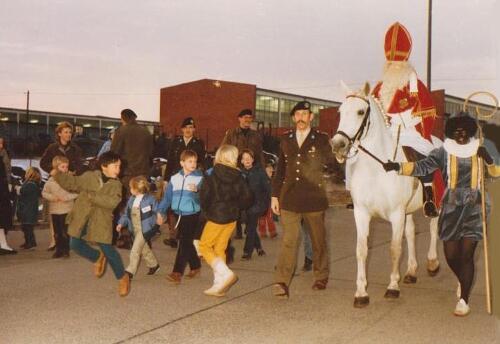 1983 12 05 103 Verkbat Sinterklaasviering met o.a Wmr Thoen Lkol Reitsma en de Kreij