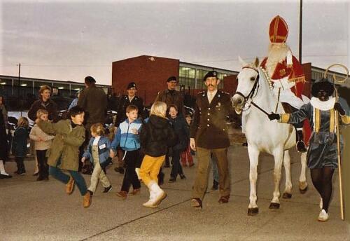 1983 12 05 103 Verkbat Sinterklaasviering. Lkol Reitsma Wmr de Kreij en Thoen.