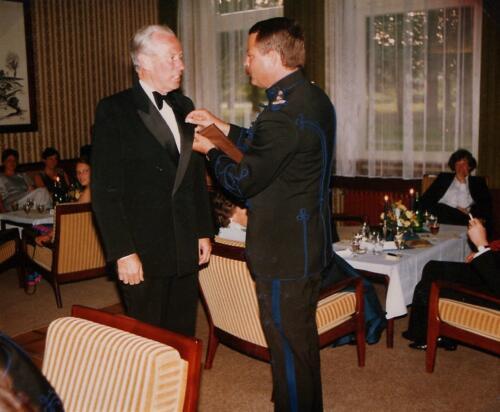 1983-10 103 Verkbat Trakehnerbal; Uitr Lkol Abbas gouden Trakhener aan gen v Rodde. Fotoboek van de Maj S3 R Meeder