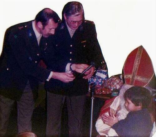 1983-12-05 103 Verkbat Sinterklaasviering;  BC Lkol Ruurd Reitsma met de BI Aooi Jim Obdeijn bij de Sint