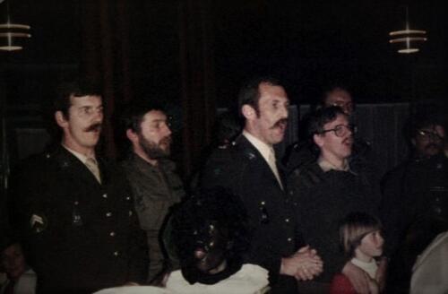 1983-12-05 103 Verkbat Sinterklaasviering; Owi Kuijpers, Wmr Sinderdinck, Lkol Reitsma, Sgt Leemput, Wmr I de Kreij