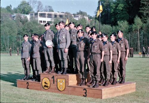 1983 1987 B Esk 103 Verkbat Boeselager wedstrijden De winnende ploegen en de bewonderaars. Inz. Wmr I Jan Pol 22