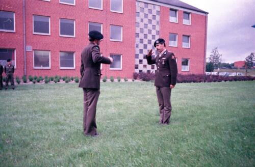 1983 1987 B Esk 103 Verkbat Commando overdracht 26 08 1984 Ritm Pruyssenaere aan Ritm vd Bos. 1