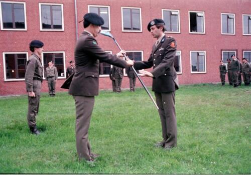 1983 1987 B Esk 103 Verkbat Commando overdracht 26 08 1984 Ritm Pruyssenaere aan Ritm vd Bos. 13