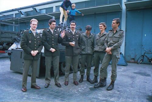 1983 1987 B Esk 103 Verkbat Commando overdracht 26 08 1984 Ritm Pruyssenaere aan Ritm vd Bos. 16