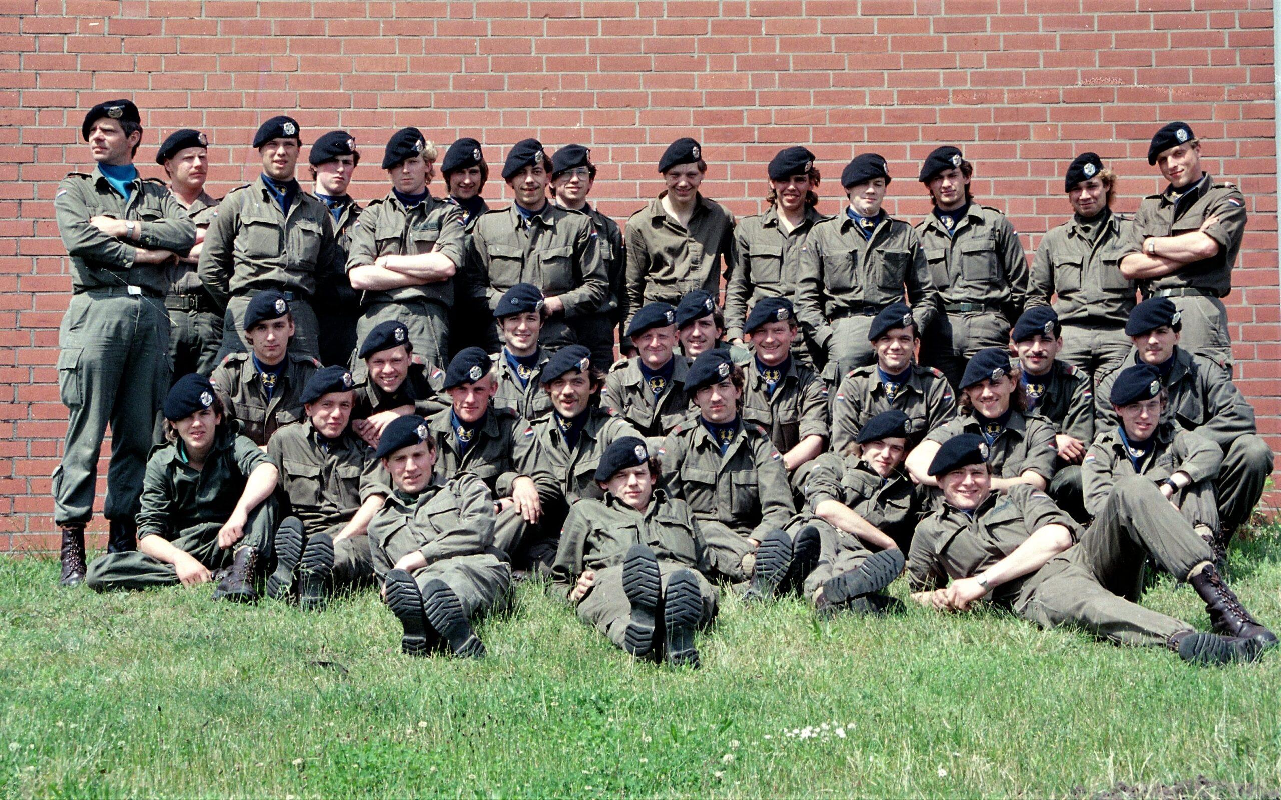 1983 1987 B Esk 103 Verkbat Groeps en vtgbemanningen bij gebouw Inz. Wmr I Jan Pol 3