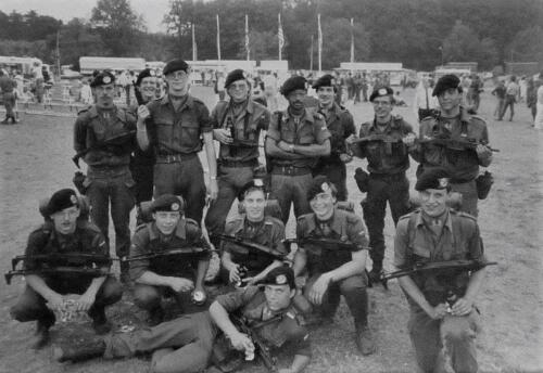 1983 SSV Esk 103 Verkbat Gnk pel Avondvierdaagse Zeven. Links met 2 UZIs inz. Paul Krijvenaar