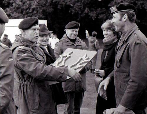 1984-08-26 SSV-Esk 103 Verkbat; 25 jaar patenschaft; Bc Reitsma overhandigd werk van Owi Kuijpers