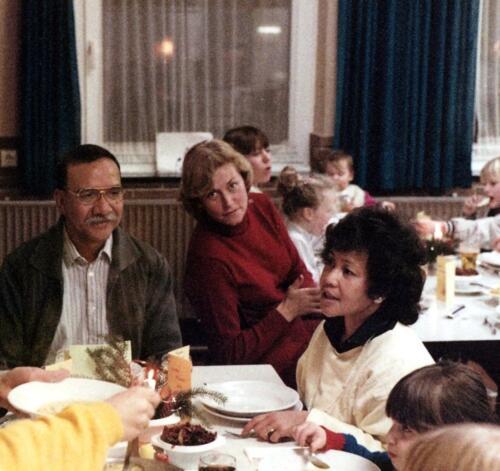 1984-12-25 103 Verkbat; Kerstviering in Winterberg. Aooi Herbert Kuin, Rolien Obdeijn en Olli Kuin.
