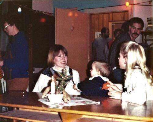 1984 12 25 SSV Esk 103 Verkbat Kerst in Winterberg o.a Christine Kuijpers met Caroline. Inz. Hans Kuijpers
