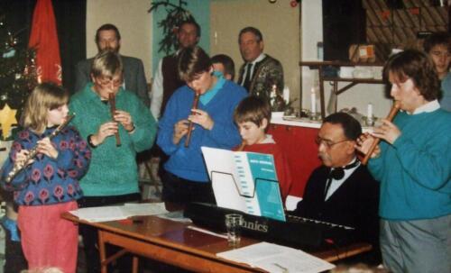 1984 12 25 SSV Esk 103 Verkbat Kerst in Winterberg. Herbert Kuin achter orgel