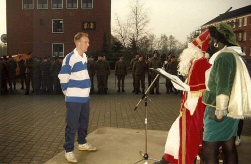 1985 12 05 SSV Esk 103 Verkbat Sinterklaasappel met Wmr I Ruud de Lange. 2
