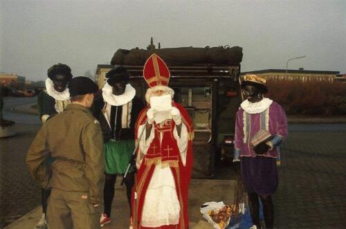 1985 12 05 SSV Esk 103 Verkbat Sinterklaasappel met Wmr I Ruud de Lange. 3