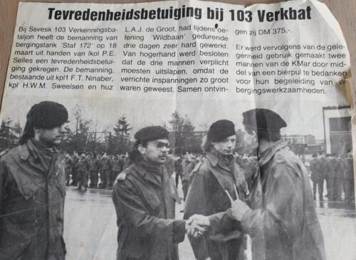 1986 SSV 103 Verkbat BC Lkol P. Selles waardeert de bemanning van de S172 en KMAR
