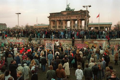 1989 11 09 Val van de muur in Berlijn voorlopig einde Koude oorlog