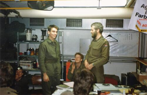 1989 SSV Esk 103 Verkbat. Huz Johan Hendriks ontvangt een tevredensheids betuiging 1