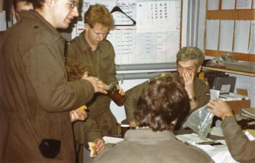 1989 SSV Esk 103 Verkbat. Huz Johan Hendriks ontvangt een tevredensheids betuiging 2