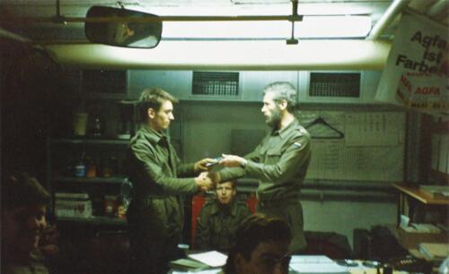1989 SSV Esk 103 Verkbat. Huz Johan Hendriks ontvangt een tevredensheids betuiging 4