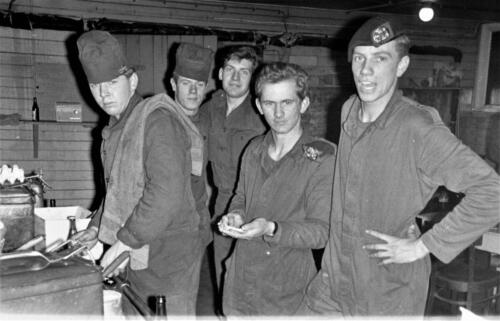 1966-1967 A-Esk 103 Verkbat; Koks en leerlingkokkies. Uit het fotoarchief van Jan Stoffels  (64)