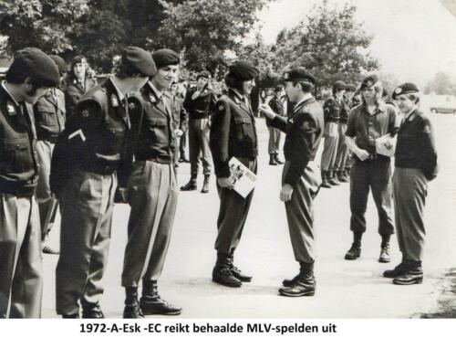 1972 A-Esk 103 Verkbat; EC reikt MLV spelden uit. Fotoboek van de Ritm R Meeder  (2)