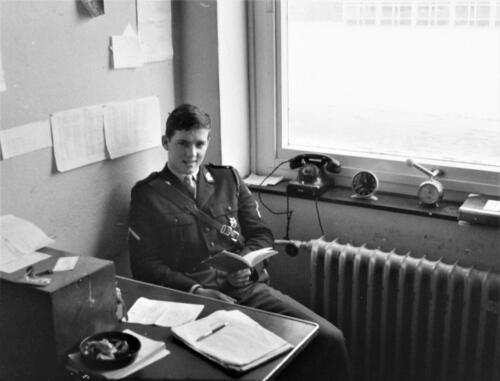 1966-1967 A-Esk 103 Verkbat; De wachtmeester van de week met uitmonstering en telefoon.  Uit het fotoarchief van Jan Stoffels