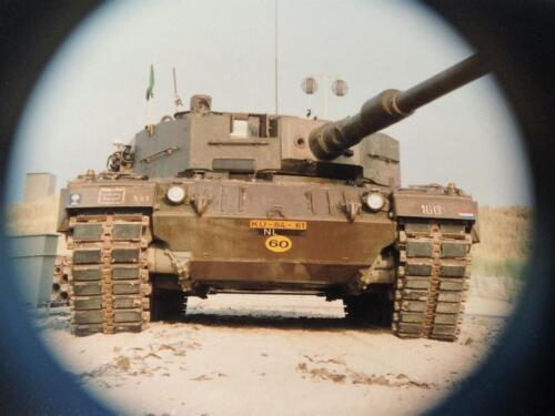 1995 Vlieland Opschieten munitie B H met KMA cav cadetn o.l.v. Lkol Alexander en inzender Aooi Haans 1