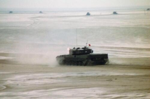 1995 Vlieland Opschieten munitie B H met KMA cav cadetn o.l.v. Lkol Alexander en inzender Aooi Haans 5