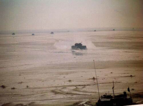 1995 Vlieland Opschieten munitie B H met KMA cav cadetn o.l.v. Lkol Alexander en inzender Aooi Haans 6