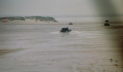 1995 Vlieland Opschieten munitie B H met KMA cav cadetn o.l.v. Lkol Alexander en inzender Aooi Haans 7