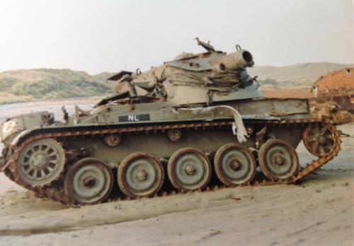 1995 Vlieland Opschieten munitie B H met KMA cav cadetn o.l.v. Lkol Alexander en inzender Aooi Haans Tankherkenning 1