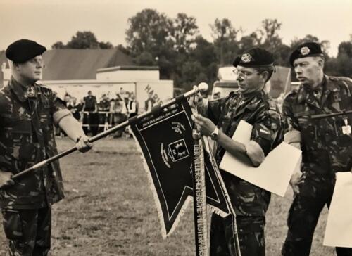 1999 103 Verkbat Ontvangst Fahnenband Niedersachsen. Lkol Klaarbergen en inz. Maj Koevoets