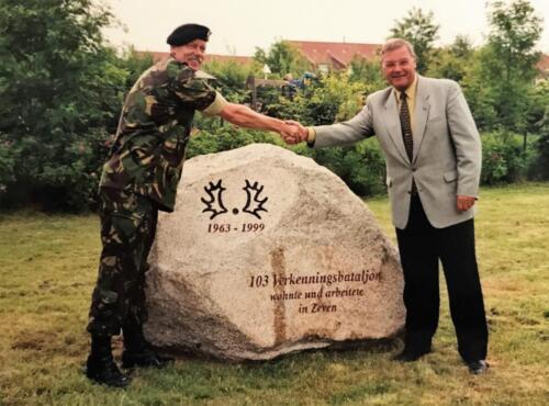 1999 103 Verkbat Overdracht van de 103 Kei door inz. PBC Maj Ad Koevoets aan burgemeester Weigel van Zeven.